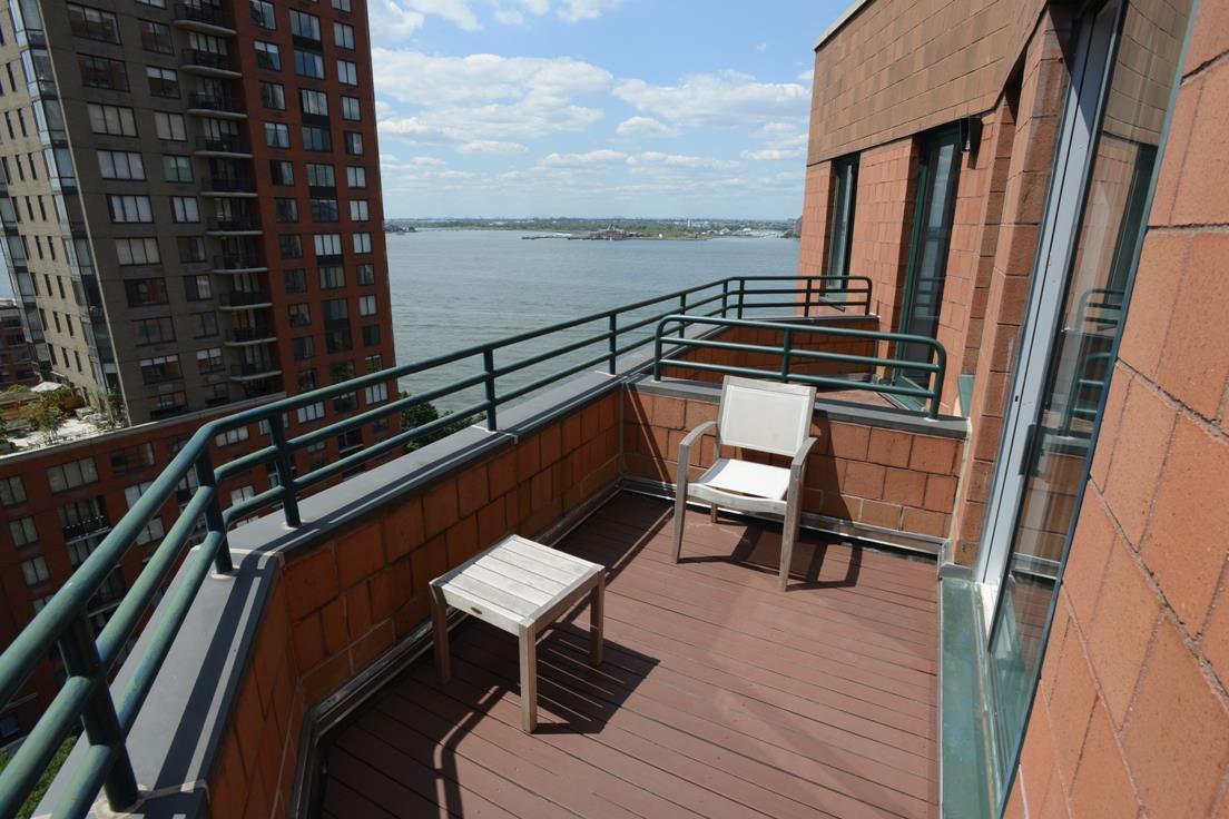 South facing penthouse, Junior-4 layout that can be convert to 2 bedroom inside the Battery Park. Full Hudson River & Status of Liberty view, top of High End Finish stainless steal appliance, sound system, W/D inside the unit, free gym, lounge, roof garden.