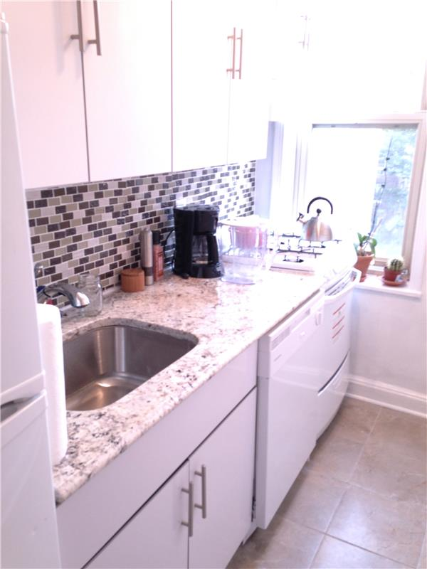 Additional photo for property listing at 43-10 48th Avenue 43-10 48th Avenue Queens, 纽约州 11377 美国
