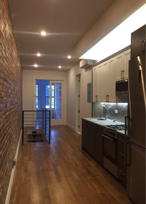 Additional photo for property listing at Renovated and spacious 3 bedroom in Bed-Stuy  布鲁克林, 纽约州 11233 美国