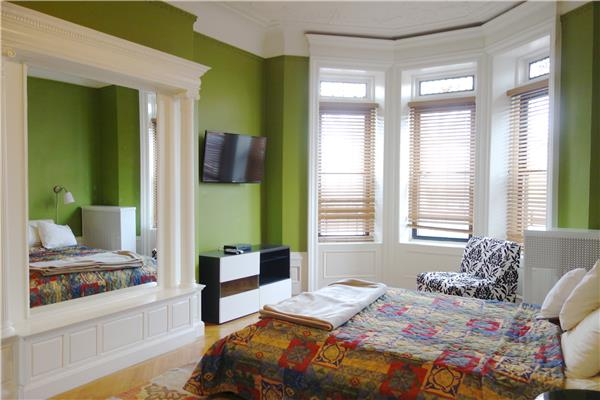 Casa Unifamiliar por un Alquiler en Huge 2 Bedroom Townhouse Parlor Floor in Crown Heights Brooklyn, Nueva York 11213 Estados Unidos