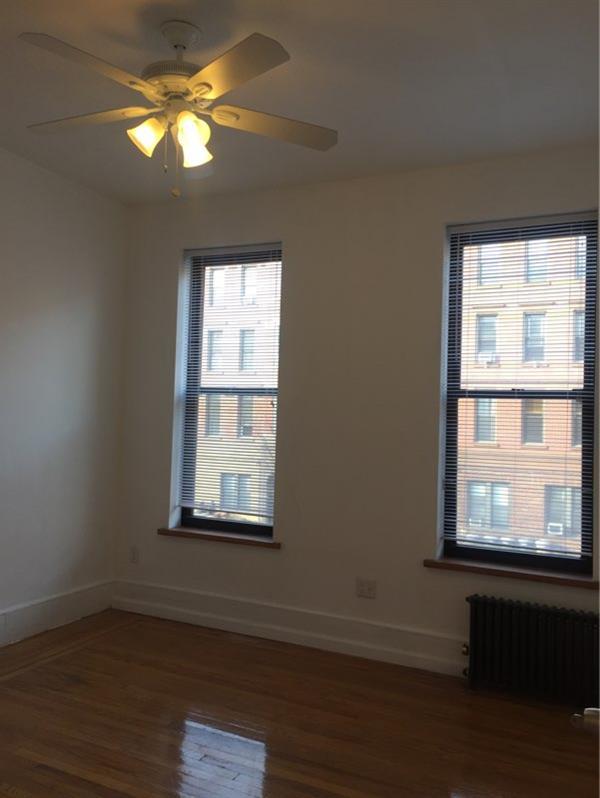 Casa Unifamiliar por un Alquiler en 1 Bedroom or 2 bedroom conversion with french doors in Greenpoint Brooklyn, Nueva York 11222 Estados Unidos