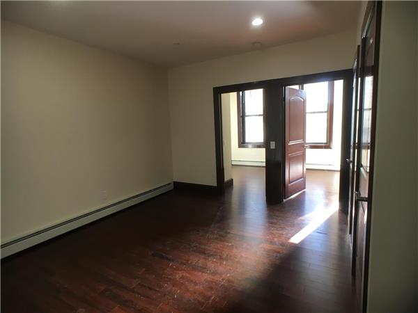 Additional photo for property listing at No Fee Brand New Spacious 3 Bd W/ Private Backyard  Brooklyn, Nueva York 11207 Estados Unidos