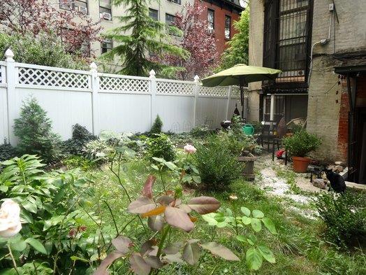 Casa Unifamiliar por un Alquiler en Fort Greene Studio with HUGE Garden Brooklyn, Nueva York 11217 Estados Unidos