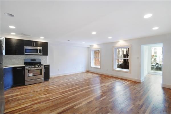 多户住宅 为 出租 在 285 Macon Street 3 Bedroom 3 Bath Duplex w/ Private Yard 布鲁克林, 纽约州 11216 美国