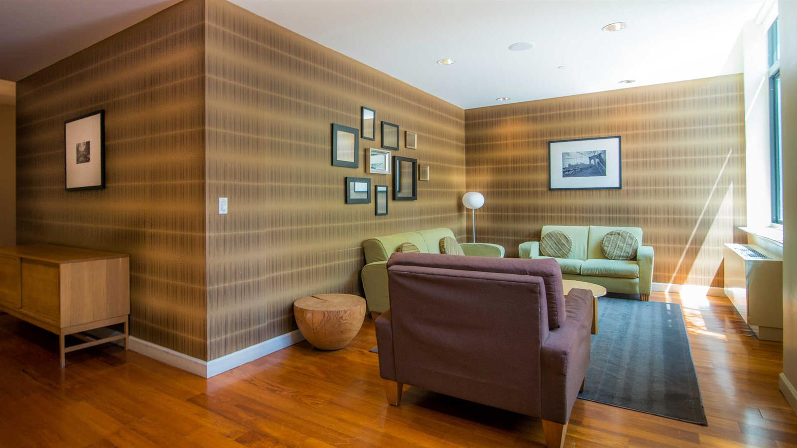 Brooklyn Heights 2 BD with amenities and city views!